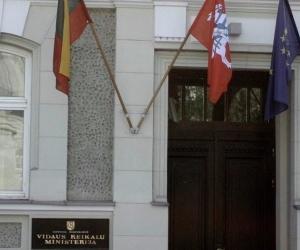 Америк цэрэг Литвийн Дотоод яамны барилга руу шээжээ