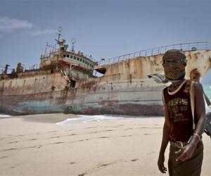 Монголын далбаатай хөлөг Сомалийн далайн дээрэмчдэд хөөгджээ