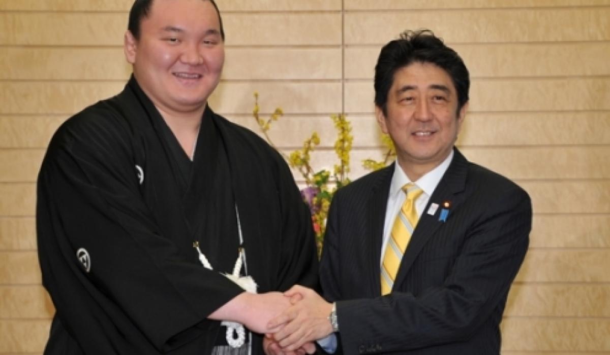 Хакухо Японы иргэншил авсныхаа дараа Ерөнхий сайд Шинзо Абэтай уулзжээ
