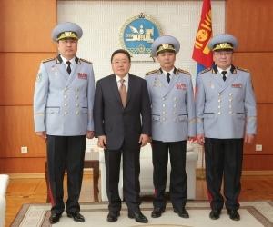 Зэвсэгт хүчнээс хошууч генерал нэг, бригадын генерал хоёр төрлөө