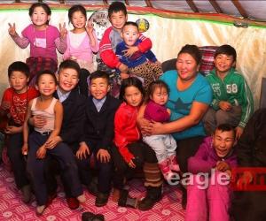 ФОТО: Хогийн цэгт өсч байгаа олон хүүхдийг асарч, халамжилж буй М.Сарнай
