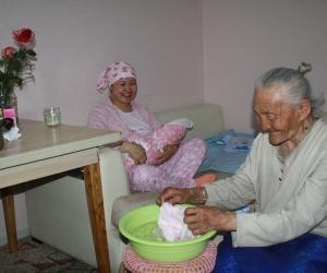 Хорлоо эмээ ачийг ачаар хариулж, Ц.Сувдаагаа баярлуулж явна