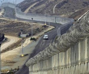 Мексикийн хилийн дагуу хана барих мөнгийг төсвийн тодотголоос хаслаа
