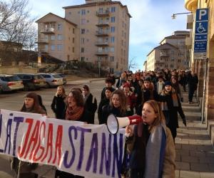 Монгол сурагчийг Шведээс албадан гаргахыг эсэргүүцэн 1500 оюутан жагсаал хийлээ