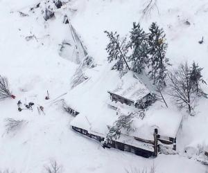 Цасан нурангид дарагдсан зочид буудлаас 13 хүнийг авраад байна