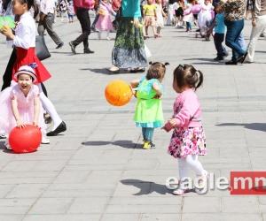 Чингисийн талбай хүүхдийн инээд хөөрөөр бялхаж байна