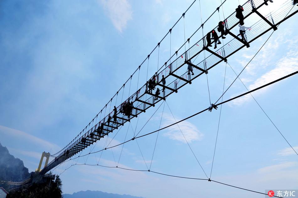 Хятадад хамгийн өндөрт байрлах шилэн гүүр нээгдлээ
