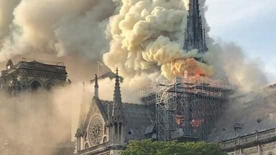 Парисын алдарт Нотр Дам сүм галд шатжээ