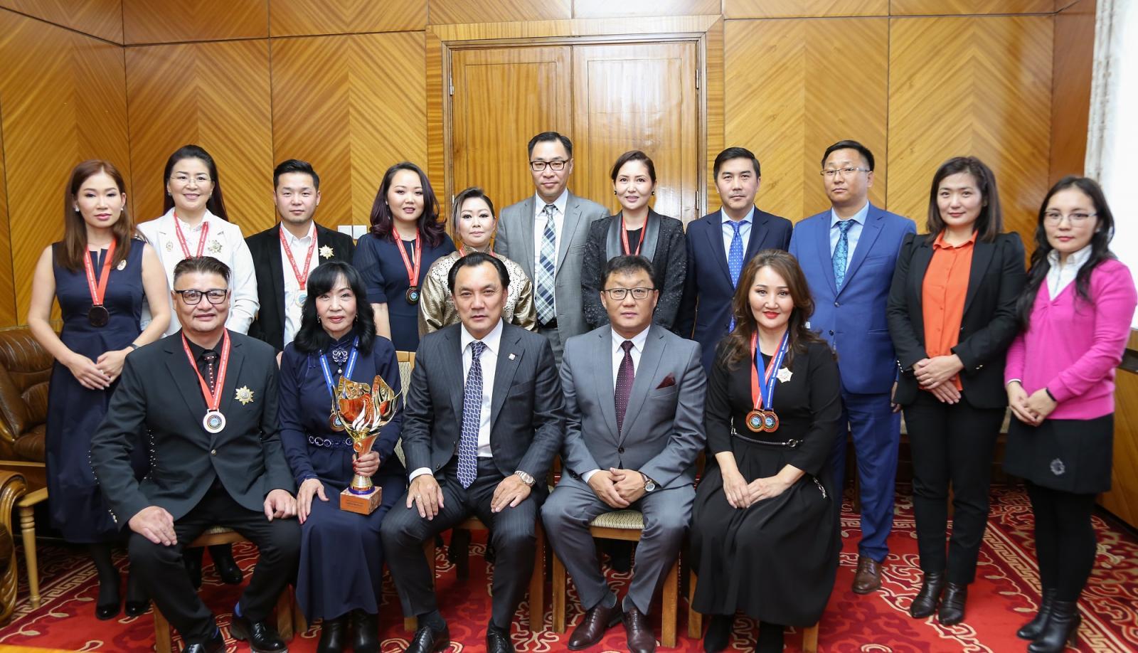 Үсчин, гоо засалчдын ДАШТ-аас алтан цом хүртсэн Монголын шигшээ багийнхныг шагналаа
