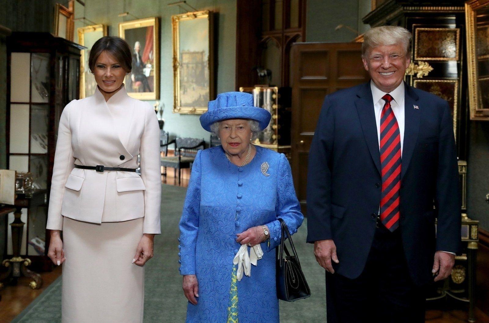Трамп Хатан хааны урд орж алхсан нь шүүмжлэл дагуулаад байна