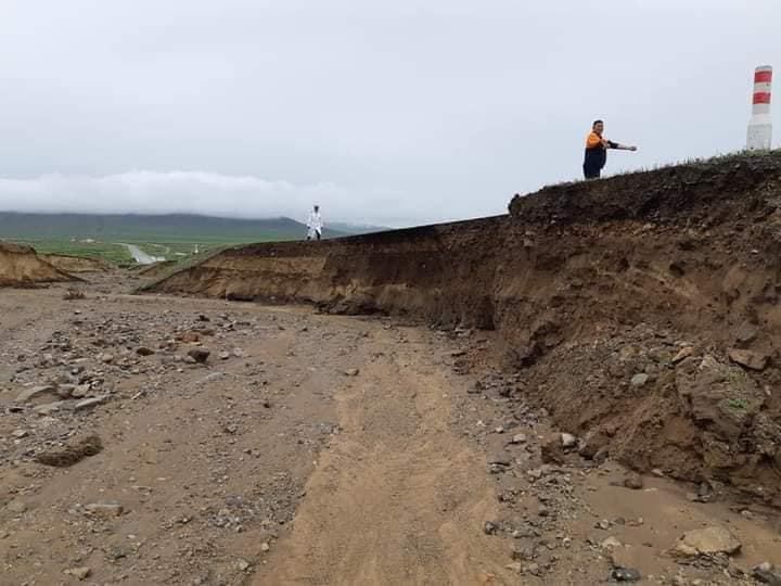 Дархан-Сүхбаатар чиглэлийн авто замын далан хөвөө эвдэрчээ