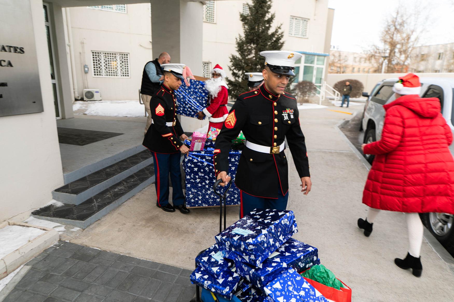 АНУ-ын Элчин сайд Тэнгисийн цэргүүдийн хамт бэлэг түгээжээ