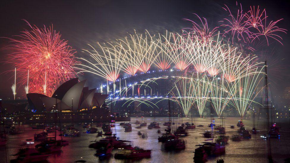 ФОТО: Дэлхийн улс орнууд шинэ жилийн баярыг хэрхэн угтав