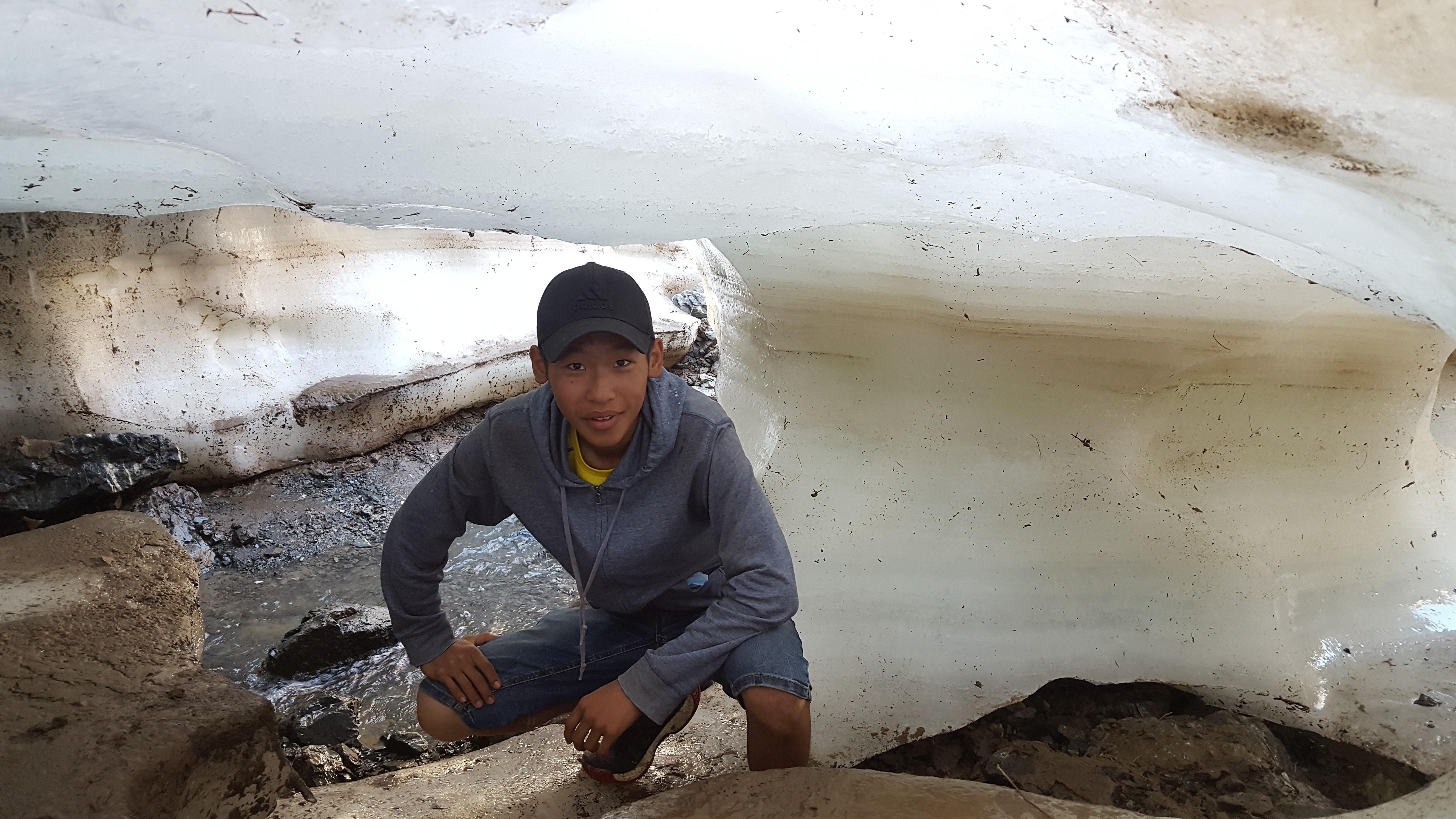 17 настай С.Сансарбаяр 400 мянган төгрөгөөр  21 аймгийг  тойрон үүргэвчтэй аялжээ