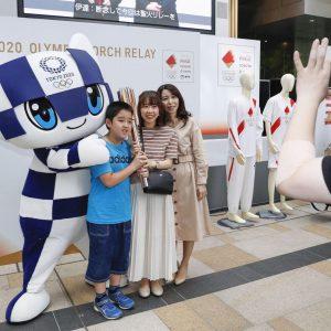 Токио-2020 олимпын бамбарыг танилцууллаа