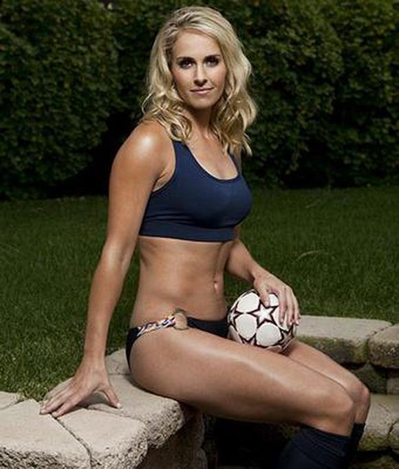 Дэндүү үзэсгэлэнтэй таван хөлбөмбөгч бүсгүй
