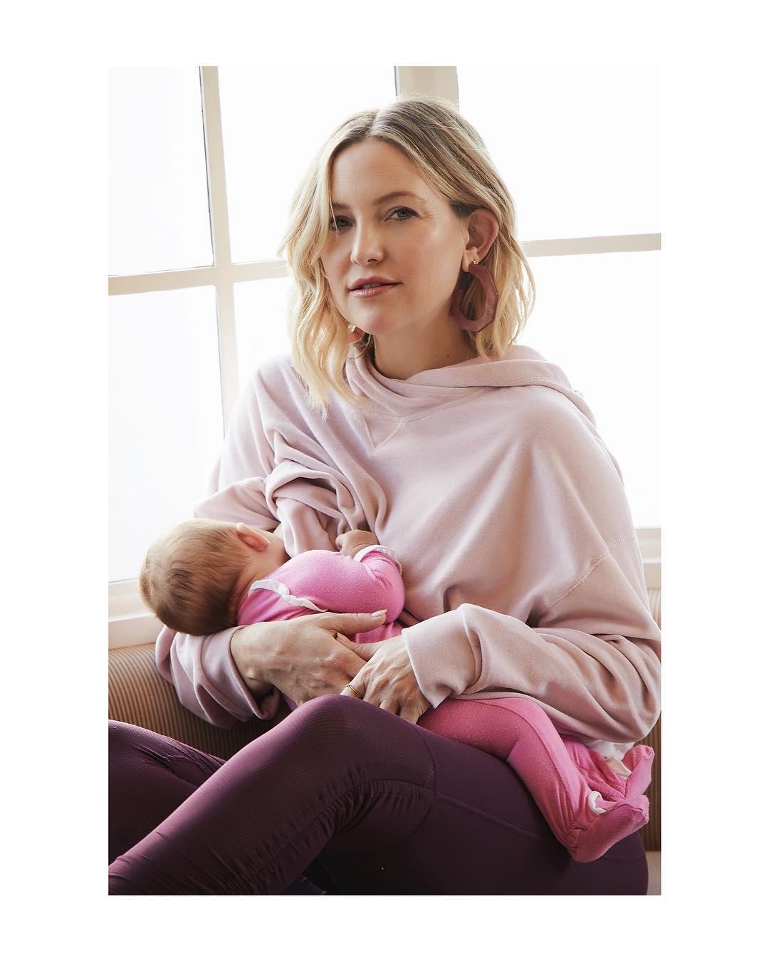 Жүжигчин Кейт Хадсон охиноо хөхүүлж буй зургаа хуваалцав