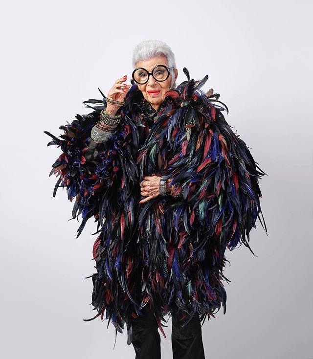 97 настай загвар өмсөгч IMG Models агентлагтай гэрээ байгууллаа