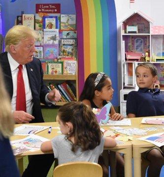 Доналд Трамп улсынхаа далбааны өнгийг андуурчээ