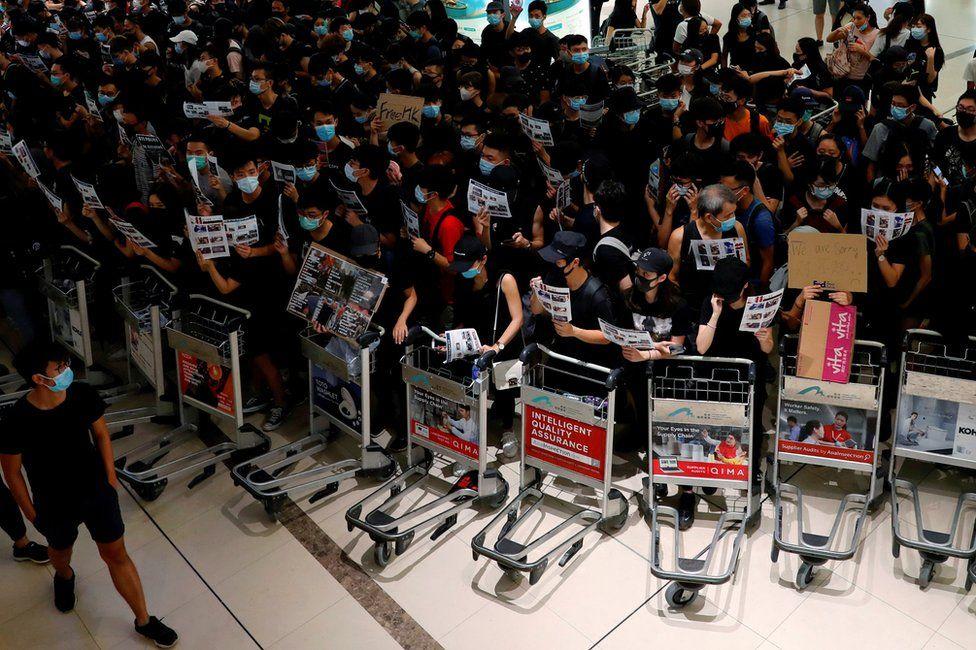 _108302543_mediaitem108302542 Хонконгийн онгоцны буудалд эмх замбараагүй байдал үргэлжилсээр байна