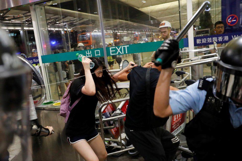 _108302637_mediaitem108302636 Хонконгийн онгоцны буудалд эмх замбараагүй байдал үргэлжилсээр байна