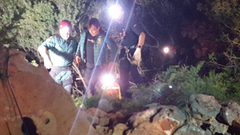 Бүтэн 60 цагийн турш усан доорх жижиг агуйд байсны эцэст тусламж васан газар дээр гарч ирж буй Хиско Грациа