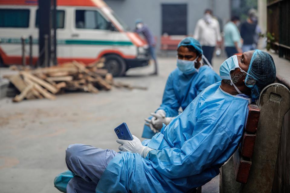 Энэтхэгт Ковид19-өөр нас барагсдын цогцсыг гудамжинд шатааж байна