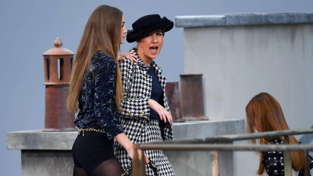 """Хошин шогийн жүжигчин """"Chanel""""-ийн үзүүлбэрийг үймүүлэв"""