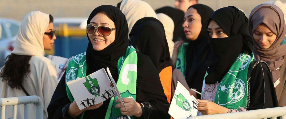 Саудын Араб эмэгтэйчүүд анх удаа хөлбөмбөгийн тоглолт үзлээ